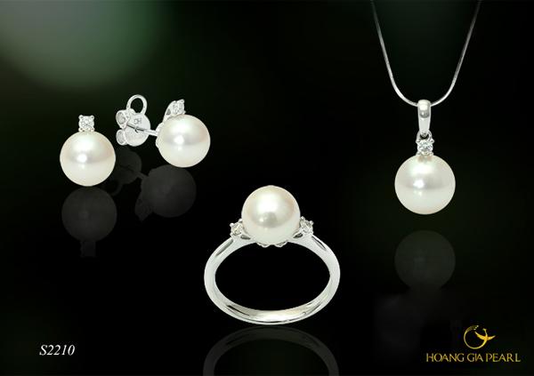 Ngọc trai Akoya ánh vàng kem trong thiết kế mộc sang trọng tinh tế tôn nét đẹp quyến rũ đài các.
