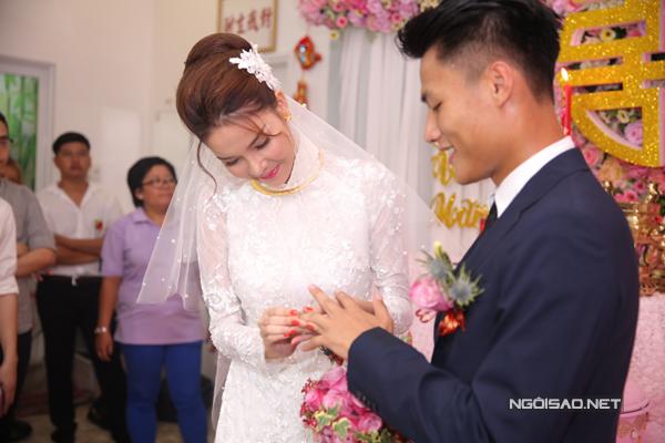 Cô dâu trao nhẫn cưới cho chú rể.