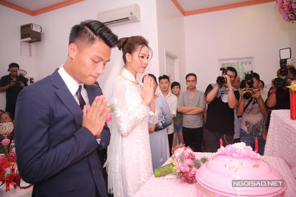 Cặp đôi làm lễ trước bàn thờ gia tiên.