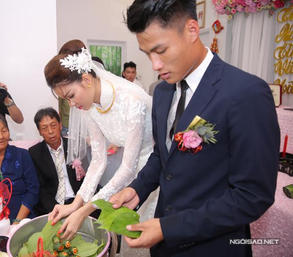 Cô dâu, chú rể thực hiện nghi thức mời trầu.