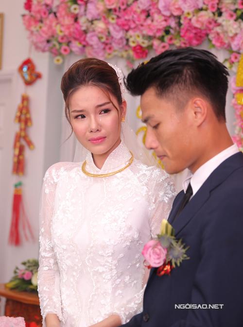 Kỳ Hân bật khóc khi nhận quà cưới từ bố mẹ.