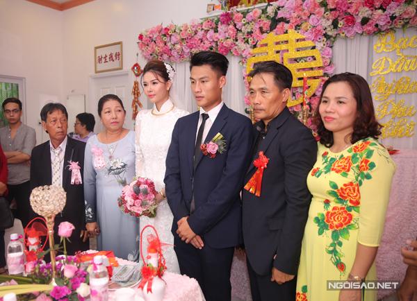 Cô dâu chú rể và đại diện gia đình hai họ.