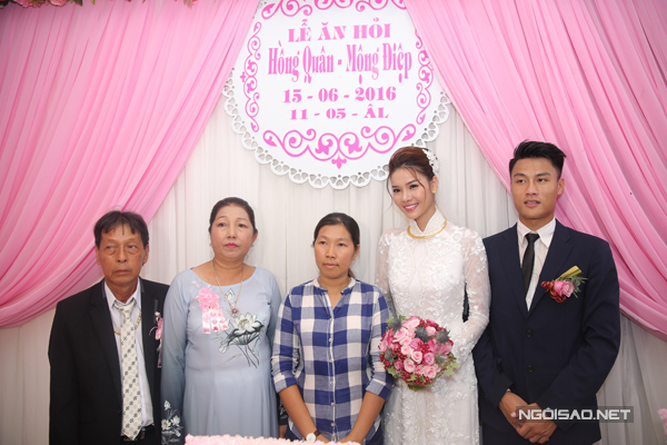 Gia đình cô dâu cùng chụp hình với đôi trẻ.