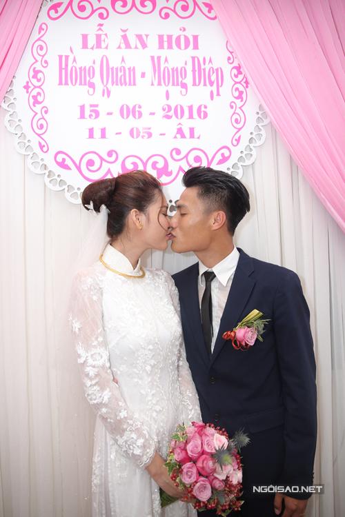 Tuyển thủ say đắm hôn cô dâu sau lễ ăn hỏi.