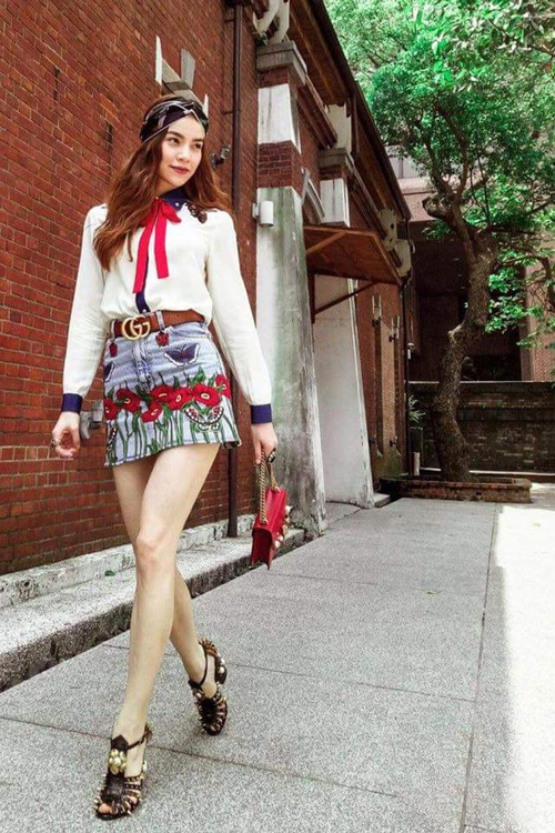 my-nhan-viet-kheo-chon-trang-phuc-khoe-chan-thon