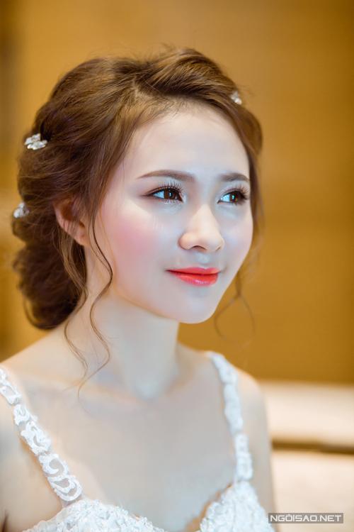 [Caption]Vì cô dâu yêu thích phong cách nhẹ nhàng, nữ tính, chuyên gia trang điểm nhấn nhá đuôi mắt với phấn màu nâu có nhũ nhẹ tạo chiều sâu.
