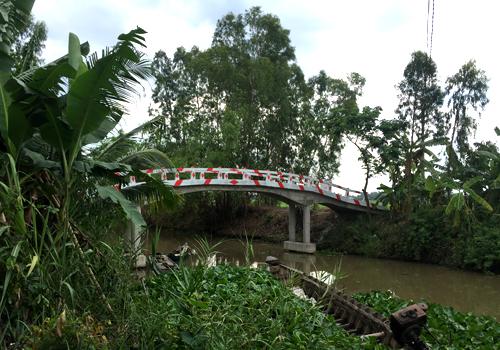Cây cầu Giữa bắc qua kênh Huyện được xây bằng số tiền của Thùy Dương. Ảnh:Thiên Chương
