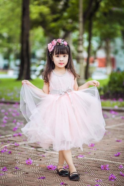 [Caption]Những cô bé phù dâu nhí nhảnh, dễ thương sẽ thu hút sự chú ý của quan khách khi làm nhiệm vụ tung hoa và dẫn lối cho cô dâu trên lễ đường.