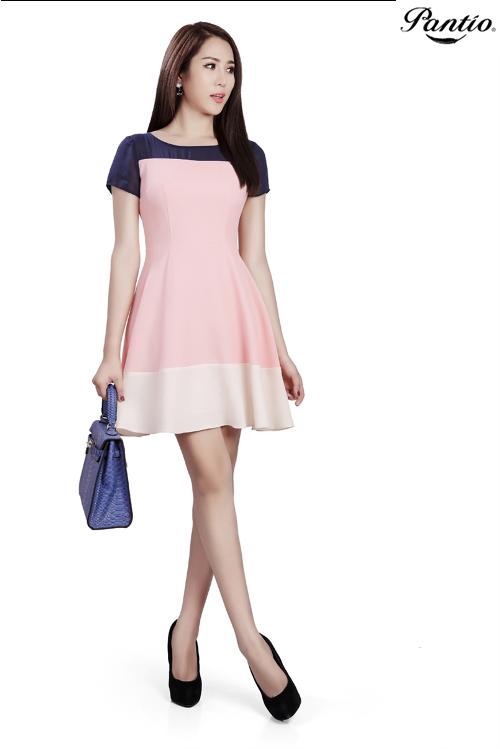 Còn một chiếc đầm hồng chất liệu chiffon mềm mại, tông trắng-hồng lại cực kỳ phù hợp để dạo phố cuối tuần hay đi hò hẹn