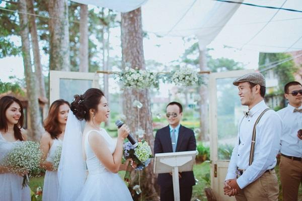 [Caption]Quyết định về đám cưới, với Vy và Việt đó không chỉ là việc ghi một dấu mốc mới trong hành trình tình yêu, mà còn là dấu hiệu cho thấy cả hai đã thành công trong việc tìm được tiếng nói chung, có được một dự định chung để cùng nhau thực hiện