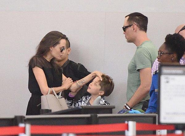 Jolie dịu dàng âu yếm, vui đùa với con trai ở sân bay
