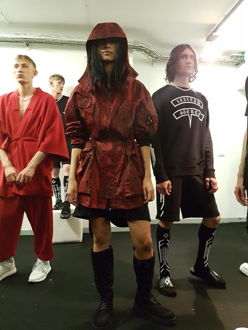 Milan Menswear là tuần lễ thời trang lớn tại Ý, được tổ chức hàng năm và quy tựu nhiều brands đình đám tham gia như: Armani, Alexander McQueen, Fendi, Diesel, Vivienne Westwood, Balenciaga&