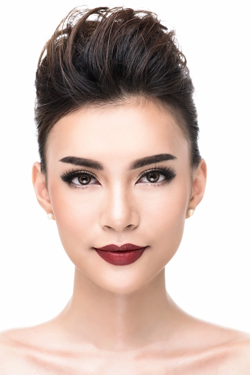 [Caption]Tiệc tối, cô dâu nên chọn phong cách makeup đậm như tông màu đỏ để nổi bật trong ánh sáng mạnh ở nơi đãi tiệc