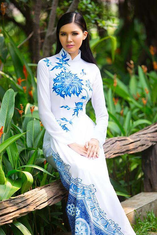 [Caption]Lấy cảm hứng từ gốm sứ Bát Tràng, gốm sứ Bình Dương với hoa sen, cánh cò, nhà thiết kế đã chuyển thể trên tông trắng nền xanh đặc trưng.