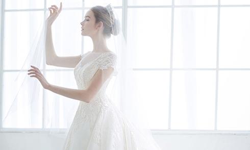 20 mẫu váy cưới tối giản tinh tế 'không thể rời mắt'
