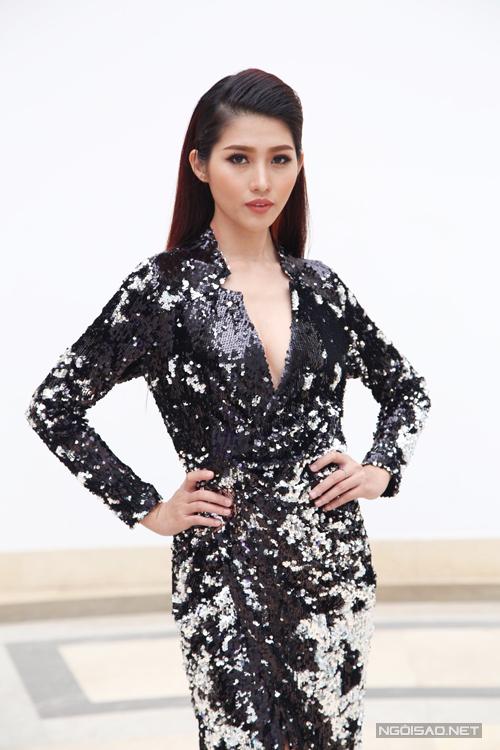 Quỳnh Châu quyến rũ với váy xẻ cao thiết kế trên chất liệu sequins.