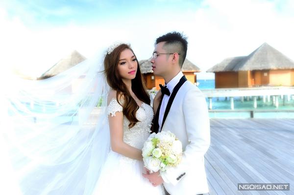 [Caption]Hồng Trang đã mơ ước được chụp ảnh cưới tại thiên đường Maldives từ nhiều năm trước, do đó, để chiều lòng vợ, Đăng Thịnh quyết định sẽ ghi lại những khoảnh khắc hạnh phúc nhất tại đây.