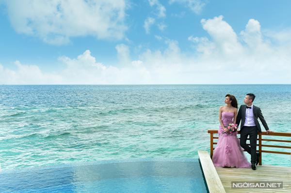 [Caption]Theo tiết lộ của chú rể, tổng chi phí cho chuyến du lịch kết hợp chụp ảnh cưới khoảng 32.500 USD (hơn 700 triệu đồng), trong đó tiền vé máy bay cho 6 người khoảng 4.200 USD, chi phí ở tại resort khoảng 16.000 USD, tiền ăn trên đảo khoảng 4.500 USD