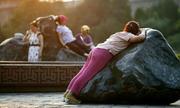 Phụ nữ Trung Quốc rộ mốt nằm trên đá nóng để khỏe mạnh