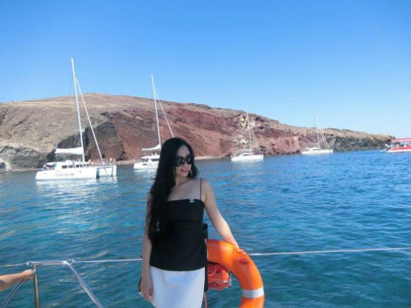 Về du lịch biển, chị Đào từng được đi nhiều vùng biển đẹp như Maldives ở Ấn Độ Dương, Cinque Terre ở Italy nhưng nơi để lại ấn tượng khó quên nhất là đảo Santorini - hòn đảo bình yên, điểm đến lý tưởng cho chuyến du lịch nghỉ dưỡng thật sự.