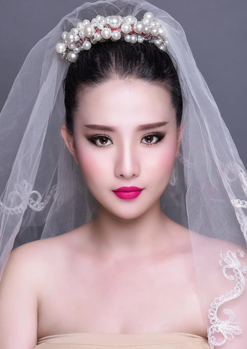 [Caption], tại tiệc cưới, để phù hợp với hoàn cảnh, chuyên gia trang điểm đã nhấn thêm khối, mắt và môi để tăng thêm vẻ quyến rũ.