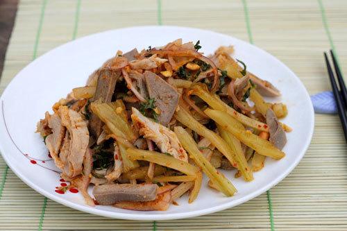 Phần dạ dày và lưỡi lợn giòn, quyện với cay nồng của ớt và dưa cải chua chua ăn rất lạ miệng.