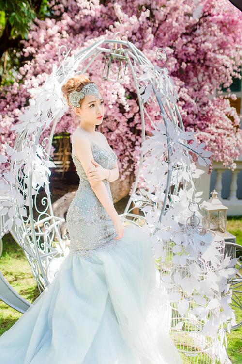 [Caption]Màu ghi xám giúp cô dâu thể hiện sự tinh tế, lịch lãm. Chiếc váy cưới màu ghi vừa mang nét quyến rũ, lại vừa mang nét sang trọng, là điểm nhấn hoàn hảo trong ngày cưới.