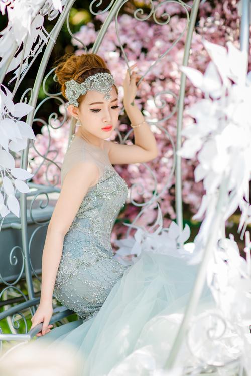 [Caption]Váy cưới màu ghi sáng được nhiều cô dâu Việt ưa chuộng. Màu ghi không còn gợi cảm giác tối khi được tô điểm bằng chi tiết ren đá điệu đà. Cô dâu có thể mặc váy cưới màu ghi khi chụp ảnh cưới hay đón khách, đãi tiệc cưới.