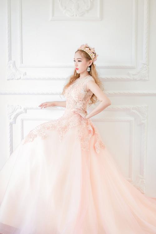 [Caption]Với những cô dâu yêu thích sự nhẹ nhàng, lãng mạn thì màu hồng là lựa chọn phù hợp. Nó tượng trưng cho tình yêu, sự trong sáng, lòng chung thủy và cả sự dịu dàng. Đặc biệt, những lễ cưới diễn ra vào dịp Valentine, một chiếc váy cưới hồng sẽ rất hợp mốt.   Xem thêm bài viết: http://www.tinchieu.com/moi-mau-sac-cua-vay-cuoi-co-y-nghia-gi-1036.html