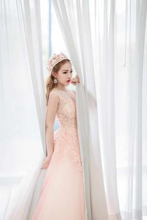 Váy cưới màu hồng nhẹ phù hợp với cô dâu sở hữu nước da trắng xanh. Tông hồng ấm áp sẽ mang lại vẻ hồng hào, tươi tắn cho làn da của bạn. Sắc hồng với nhiều mức độ là một lựa chọn hoàn hảo cho làn da này: be hồng, kem hồng, trắng ngọc trai, hồng nhạt, hồng tro, thậm chí là màu hồng cánh sen với những họa tiết làm dịu bớt độ chói của màu này. Hay nổi bật và tươi tắn với sắc hồng đậm. Những cô nàng sở hữu làn da vàng nên tránh những tông vàng trầm như: màu ô liu, cam hay vàng nhạt