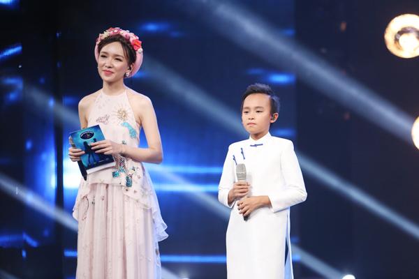 Cả Văn Mai Hương và Isaac đều nhận ra một số lỗi chông chênh, hụt hơi của Hồ Văn Cường nhưng vì cậu bé hát tình cảm khiến hai giám khảo đều có cảm giác như tan chảy và quên đi mọi sai sót của cậu bé.