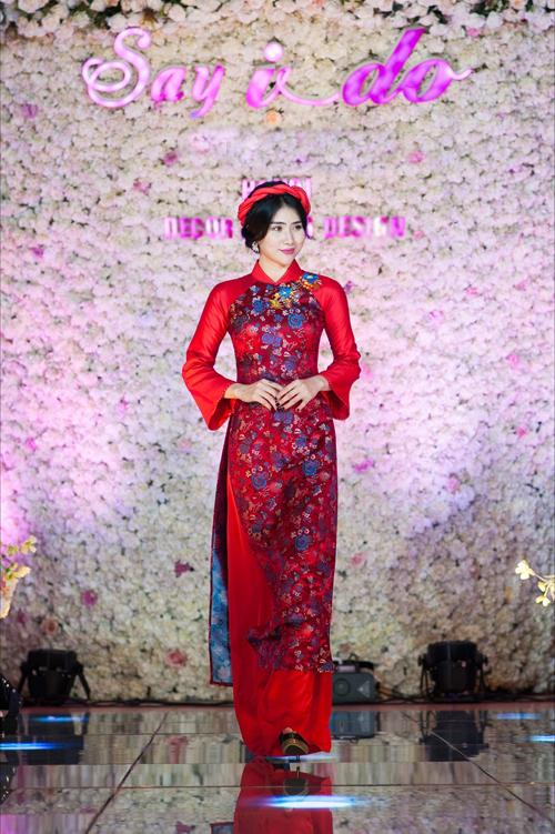 [Caption]Gấm là chất liệu cao cấp, vốn được sử dụng trong trang phục hoàng tộc. Hiệnnay, áo dài cưới bằnggấm tôn vóc dáng, cứng cáp, lộng lẫy nên được nhiều cô dâu ưa chuộng. Màu sắc phổ biến nhất cho trang phục ngày cưới là màu đỏ truyền thống.