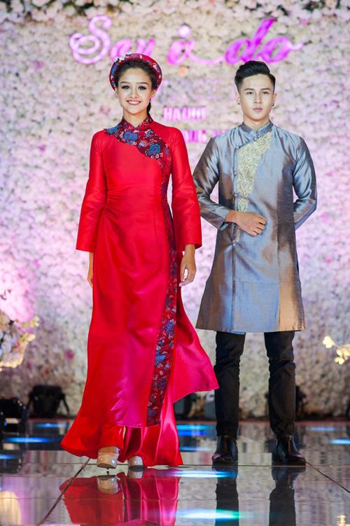 [Caption]Mẫu thiết kế kế có tà áo cách điệu, là sự pha trộn khéo léo giữa gấm và lụa, vừa cổ điển, vừa hiện đại. Mấn đội đầu ton sur ton hoàn thiện vẻ nổi bật của tân nương.