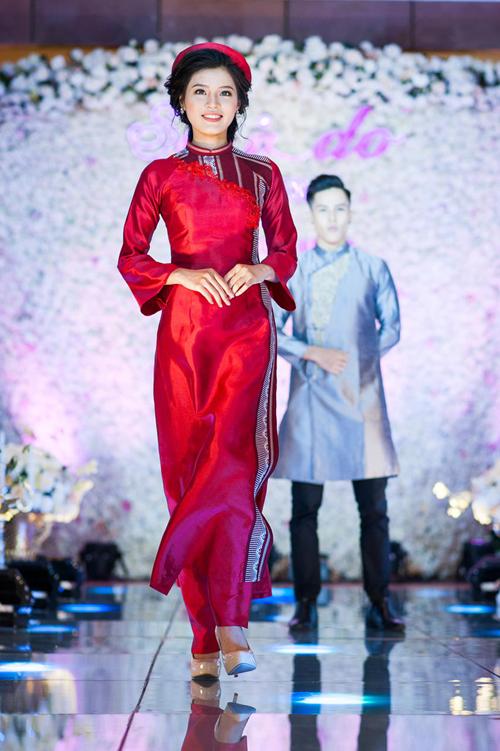 [Caption]Bộ trang phục gợi lên nét đẹp kín đáo, thanh lịch của người phụ nữ Việt Nam trong những ngày xưa cũ. 2 thiết kế với tông màu đỏ, trắng mang hơi thở của áo dài cưới được ưa chuộng trong khoảng thời gian gần đây.