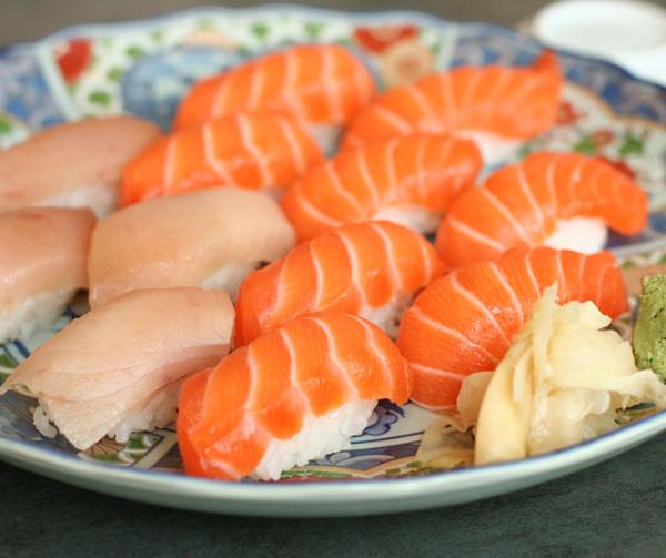 mon-sushi-lay-lung-the-gioi-va-su-ra-doi-tinh-co-1