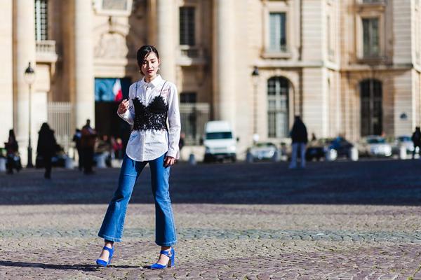Fashionista cho rằng, không phải lúc nào cũng là dịp cần thiết, phải chưng diện váy áo cầu kì. Nhưng cả trong trang phục thường ngày, Hiền Trang luôn muốn làm mới mình và thể hiện cái riêng của mình qua cách mix các món đồ tưởng như không liên quan như jeans boyfriend với áo hai dây ren.