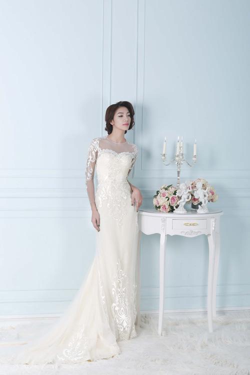 [Caption]Dáng váy này còn giúp cô dâu ăn gian chiều cao, trông thon thả và uyển chuyển hơn nhờ phần hông ôm sát vòng 2.
