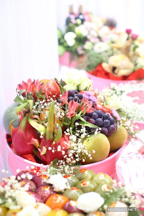 [Caption]Ông bà ta thường nói hoa thơm, quả ngọt, mâm trái cây trong quả cưới là quà tặng từ thiên nhiên, ngụ ý mong cho tình yêu, cuộc sống của đôi uyên ương mới sẽ ngọt ngào, tươi mới suốt cả cuộc đời. Với hình thức bày biện đơn giản không cần dùng đến keo dính và tăm để kết nối, hoa quả sẽ tươi ngon và vẫn có thể sử dụng cho chính gia đình sau buổi lễ.