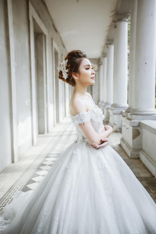 [Caption]Chiếc váy xòe bồng lộng lẫy mà người đẹp diện sẽ là gợi ý hoàn hảo biến cô dâu thành nàng công chúa xinh đẹp ngày cưới.