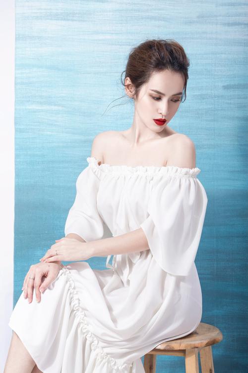 Những chi tiết thắt nơ ở lưng váy, nhún bèo nữ tính hay phối cùng viền đen lại càng làm nổi bật lên những chiếc váy trắng đơn giản, tinh khiết.