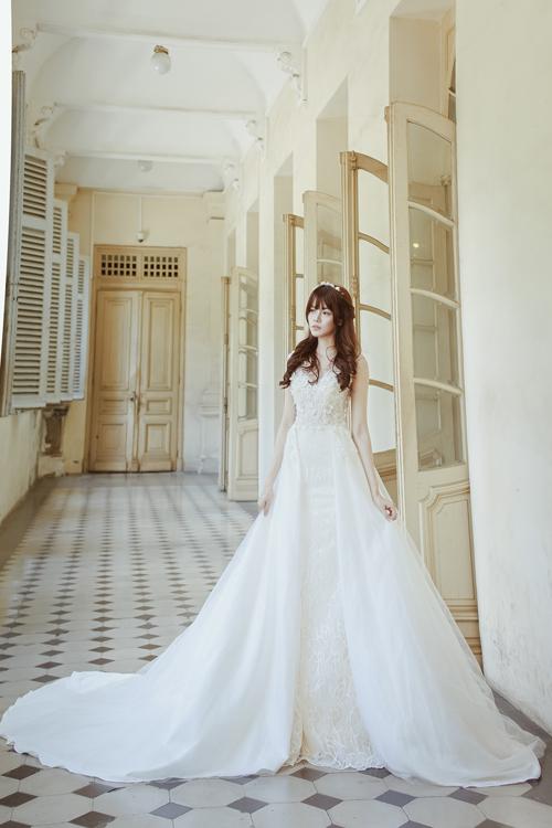 [Caption]Váy bằng chất liệu trơn, cứng cáp đang là xu hướng được nhiều cô dâu yêu thích vì sự tối giản mà sang trọng.