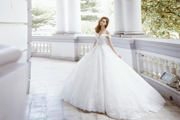 [Caption]Váy cưới hoa giúp tôn lên vẻ đẹp nhẹ nhàng, nữ tính của cô dâu phương Đông, nhưng vẫn thể hiện được sự gợi cảm qua đường cong ở eo, cúp ngực hay đường cắt mềm mại ở sau lưng.