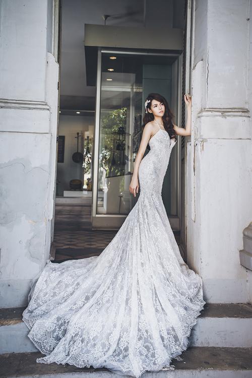 Kỹ thuật xếp ren hình thác đổ được sử dụng trong cả phần trước và phần sau của chiếc váy đuôi cá bó sát. Dáng váy cưới với phần cổ cách điệu, lấy cảm hứng từ chiếc yếm đào của các cô gái truyền thống thể hiện vẻ đẹp gợi cảm.