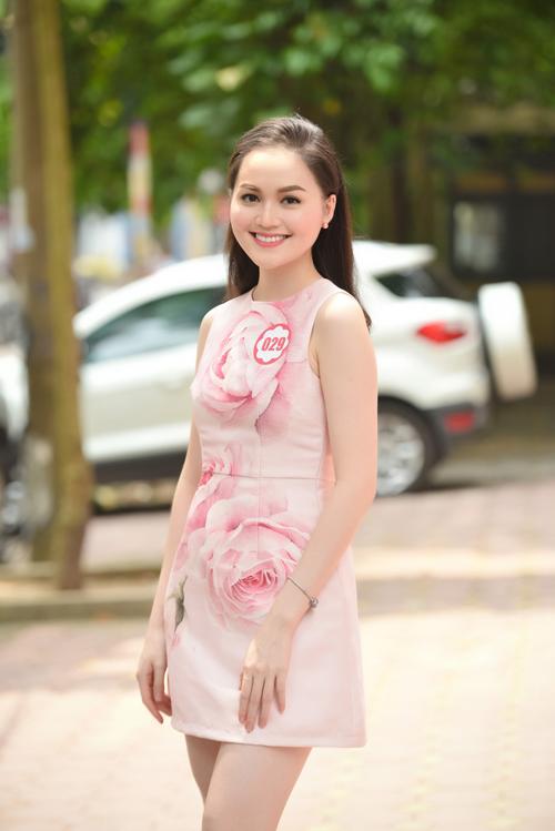 Thu Hiền hiện theo học năm hai trường Đại học Quốc tế Sài Gòn. Trước đó, cô từng đăng quang cuộc thi Miss Ngôi Sao 2014 do báo điện tử Ngoisao.net tổ chức. Nhiều khán giả cũng ưu ái cho rằng Thu Hiền trông giống Hoa hậu Thế giới Người Việt 2010  Diễm Hương bởi nụ cười ngọt ngào.