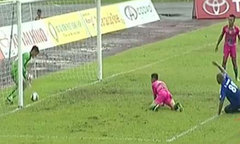 Cầu thủ Quảng Nam 'đá đểu' trọng tài vì bị từ chối bàn thắng