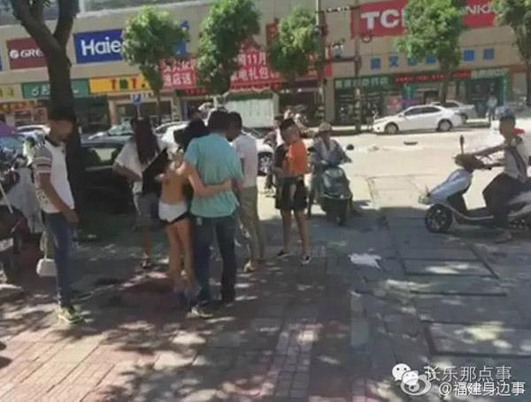 Cô gái bám chặt lấy nhân tình không rời khi được cứu nguy. Ảnh: Shanghaiist