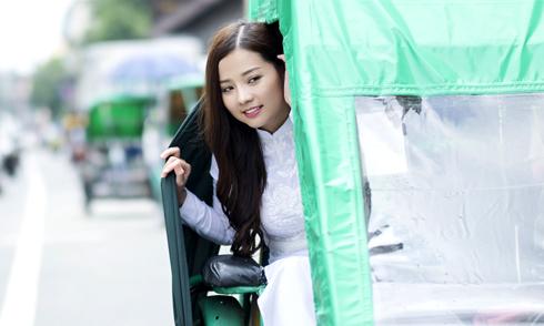 Khánh Hiền thích thú ngồi xích lô kín đáo như ô tô ở Philippines