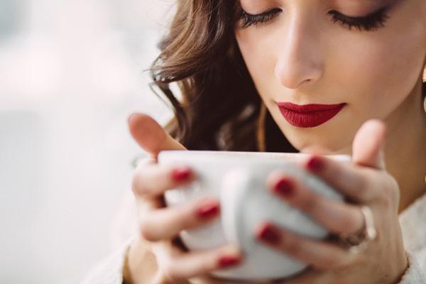 caffeine khiến mạch máu trong ngực căng phồng gây cảm giác nặng nề, khó chịu.