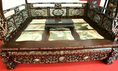 Chiếc giường 'khủng' nặng 800 kg như long sàng hoàng gia
