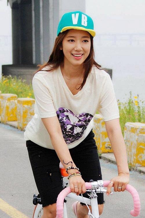 Nhờ tích cực ăn kiêng và tập luyện, Park Shin Hye đã có được vóc dáng thon thả hơn.
